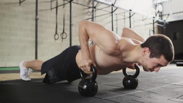 vídeos de stock e filmes b-roll de ms a man works out in a gym doing press ups / rio de janeiro, brazil - cara para baixo