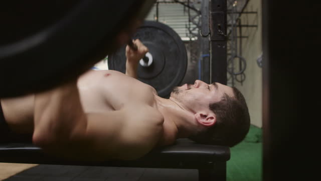 vídeos y material grabado en eventos de stock de ms a man works out in a gym lifting weights / rio de janeiro, brazil - press de banca