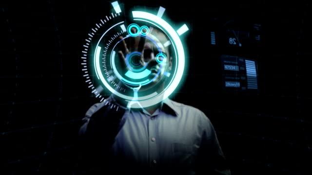 mann arbeitet mit futuristischen bildschirm. - projektionswand stock-videos und b-roll-filmmaterial