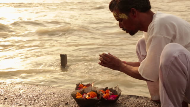 man worshipping at riverbank, ganges river, haridwar, uttarakhand, india - only mature men stock videos & royalty-free footage