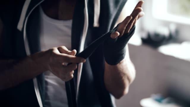 mannen inslagning händer - inslagen bildbanksvideor och videomaterial från bakom kulisserna