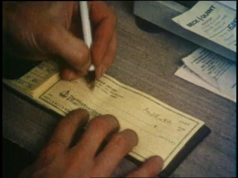vídeos y material grabado en eventos de stock de man writes a check and hands it to a cashier. - a la izquierda de