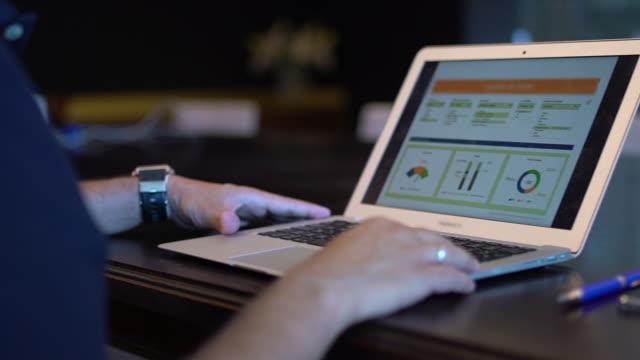 stockvideo's en b-roll-footage met man writing in laptop in the office - silvestre