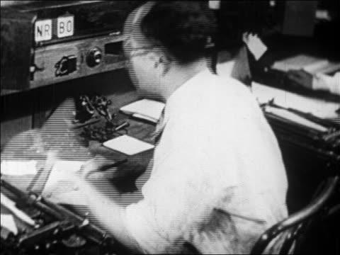 vidéos et rushes de view man writing memo handing it to someone / newsreel - seulement des hommes d'âge mûr
