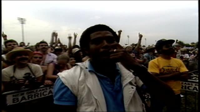 stockvideo's en b-roll-footage met man yelling up at stage in new orleans - festivalganger