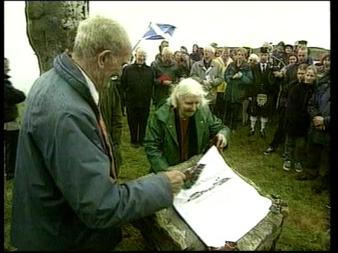 management of scottish countryside lib mat held bureau eigg june 1998 people attend open air ceremony to mark transfer of ownership plaque unveiled... - ヘブリディーズ点の映像素材/bロール