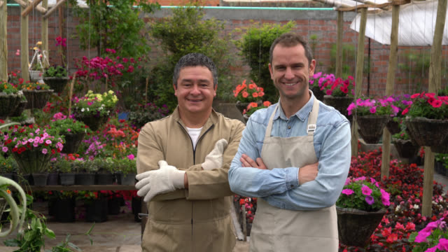 vídeos de stock e filmes b-roll de manager and employee at the garden center - uniforme