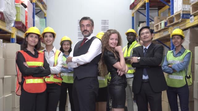 vidéos et rushes de capture de portrait de gestionnaire et de groupe de travailleur - ressources humaines