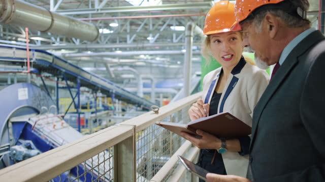 リサイクル施設内のマネージャと品質コントローラ - 廃棄物処理点の映像素材/bロール