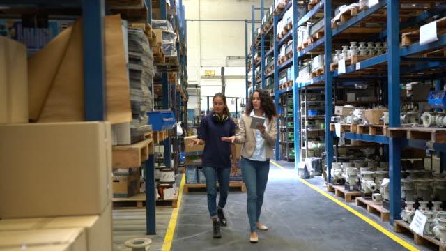 vídeos y material grabado en eventos de stock de niveles de stock de almacén de verificación de gerentes y trabajadores - exhibir