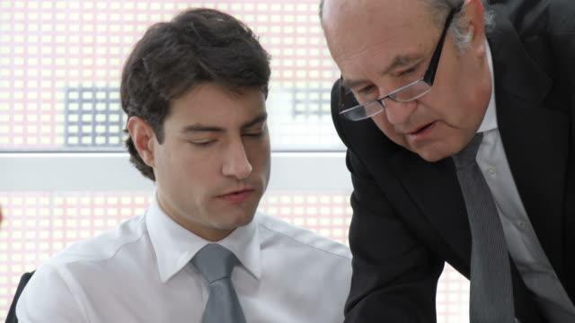 HD: Manager unterstützt junge Büroberuf