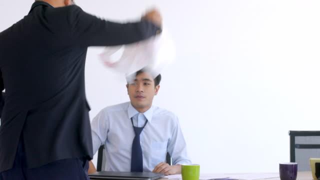 vídeos de stock, filmes e b-roll de qual é gerente no escritório e culpa pessoal - autoridade