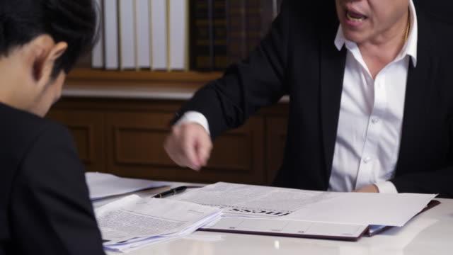 ストレスの瞬間彼の従業員を叱るマネージャー ディレクター - 怒り点の映像素材/bロール
