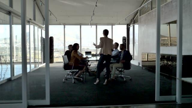 vídeos y material grabado en eventos de stock de manager discussing with business team in office - explicar
