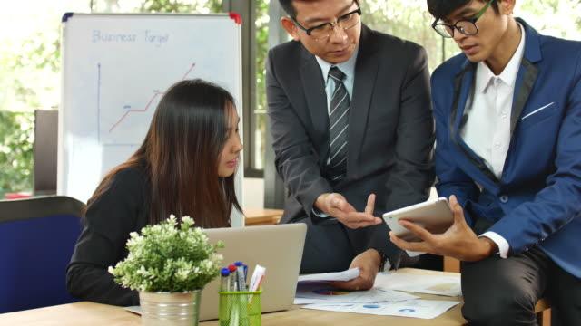 ビジネス チームワークとマネージャーの議論 - コンピュータ機器点の映像素材/bロール