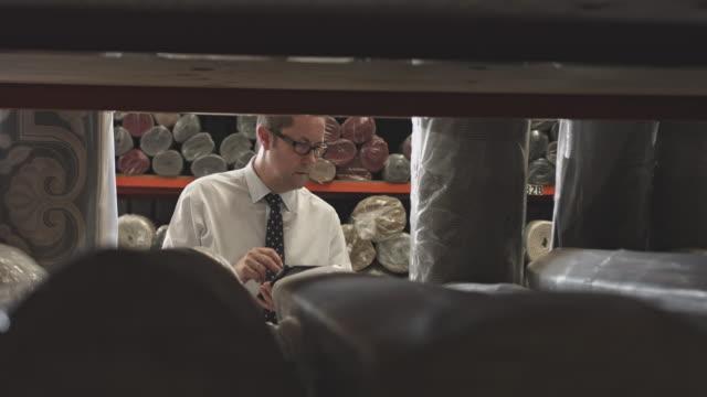manager prüfung teppiche während des schreibens auf digital-tablette auf lager - teppich stock-videos und b-roll-filmmaterial