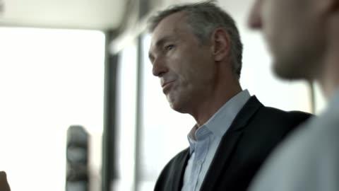 vídeos y material grabado en eventos de stock de manager explaining team during meeting in office - gerente