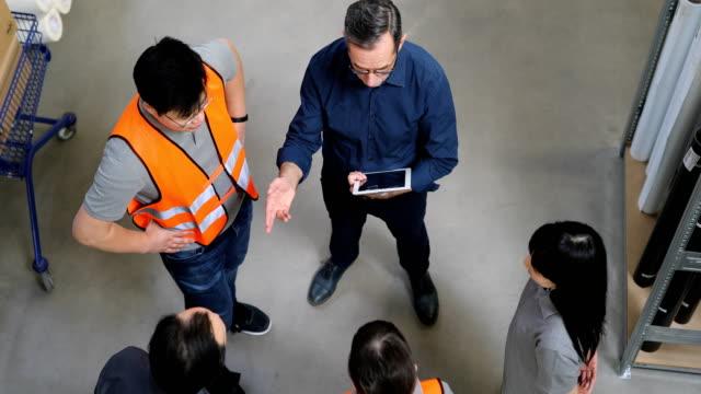 manager erklärt team über digitales tablet - ware stock-videos und b-roll-filmmaterial