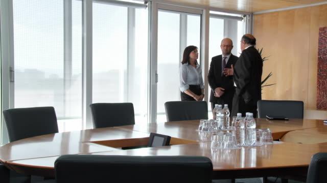 hd: manager und sein team, die diskussion - berufliche partnerschaft stock-videos und b-roll-filmmaterial