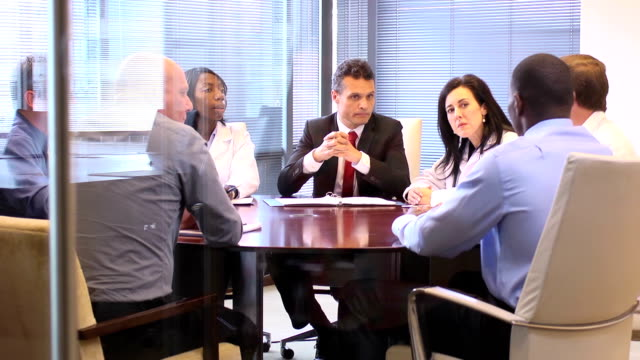 stockvideo's en b-roll-footage met manager leads a meeting with medical professionals - ws - directeur
