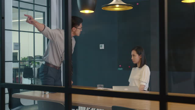 vídeos y material grabado en eventos de stock de manager scolding employee,4k - varón