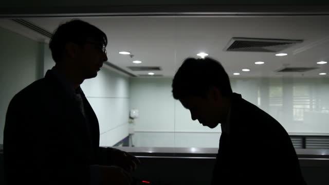 vídeos de stock e filmes b-roll de hd: gerente de falar e soothe com a sua assistente - vestuário de trabalho formal