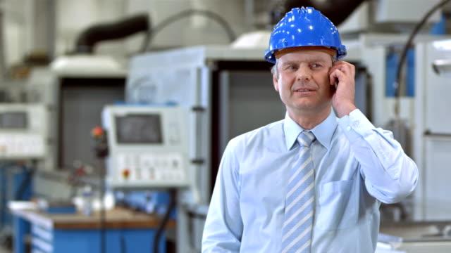 vídeos de stock e filmes b-roll de ds gerente a falar ao telefone - camisa e gravata