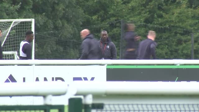 qpr manager to be investigated as part of the football bribe scandal england london ext jimmy floyd hasselbank at training practice with qpr players... - クイーンズ パーク レンジャーズfc点の映像素材/bロール