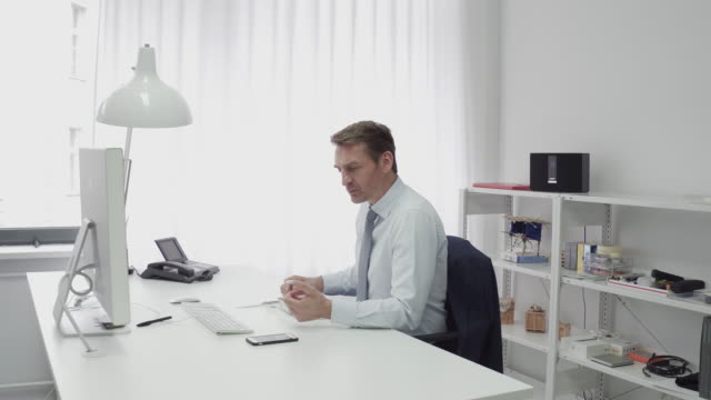 manager working while having lunch