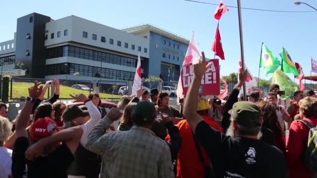 vídeos y material grabado en eventos de stock de manana tarde y noche los partidarios mas leales del expresidente de brasil se reunen para expresar a gritos su apoyo frente a la sede de la policia... - a la izquierda de