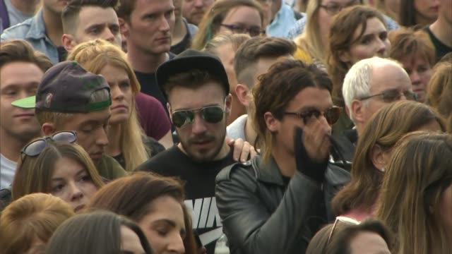 crowds pay tribute to martyn hett manchester heaton moor park ext stuart murray interview sot/ russell hayward addressing crowd from stage sot/ crowd... - itv weekend late news点の映像素材/bロール