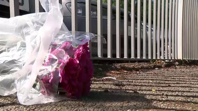 vídeos de stock e filmes b-roll de first victims named england lancashire preston ext primary school attended by saffie rose roussos police outside school lollipop lady 'extraordinary... - vítima