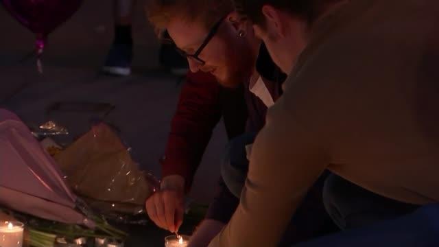 vídeos y material grabado en eventos de stock de reaction of the people of manchester / vigil in albert square england manchester ext / night **music heard sot** candles and tea lights burning... - itv