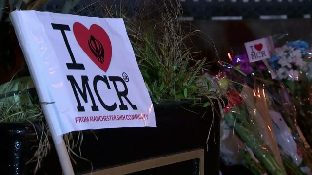 vidéos et rushes de manchester arena bombing: poem donated to manchester charity; date unknown - may 2017 flowers and candles at makeshift shrine in aftermath of... - terrorisme