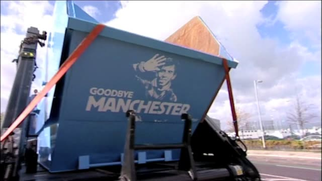 vidéos et rushes de manchester city and manchester utd fans throwing their unwanted carlos tevez shirts into a skip outside etihad stadium on october 20, 2011 in... - vêtement de peau