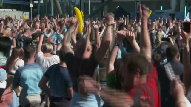 stockvideo's en b-roll-footage met manchester city fans celebrating outside the etihad stadium after sealing the premier league title on the final day of the 201819 season - seizoen