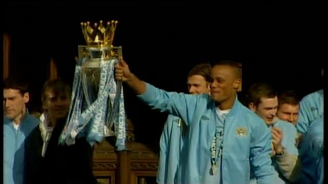 vidéos et rushes de manchester city victory parade following premier league win; england: manchester: ext manchester city captain vincent kompany and manager roberto... - trophée