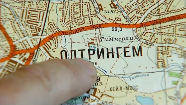 vidéos et rushes de chris perkins showing reporter old soviet map with russian place names of manchester districts chris perkins interview sot cutaway map - programme de télévision