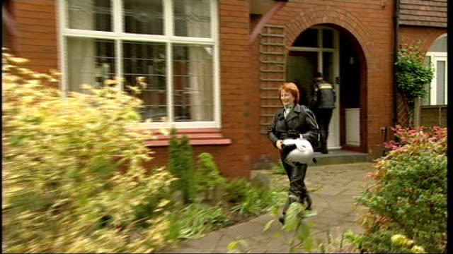 vídeos de stock e filmes b-roll de salford hazel blears along from house putting on helmet and away on motorcycle as passenger - capacete moto