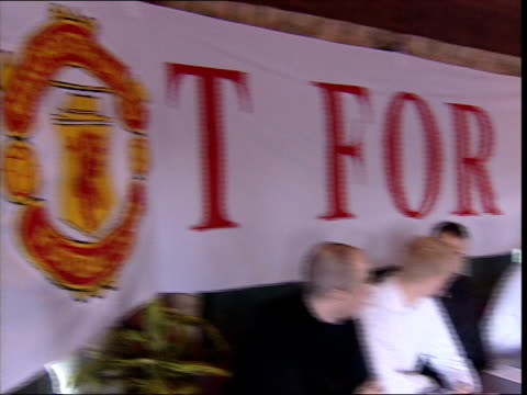 vídeos de stock e filmes b-roll de manchester united fans launch group to oppose takeover bids itv late news u manchester manchester united supporters who oppose takeover of the club... - itv late news