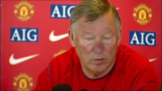 sir alex ferguson statement; ferguson press conference sot - prospect of going on and winning more titles with this team resonates with me more than... - リチャード・パロット点の映像素材/bロール