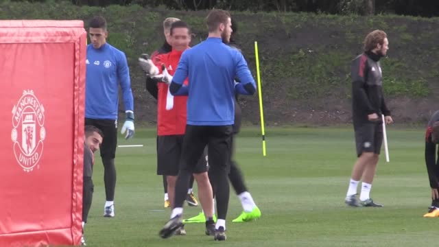 manchester united train ahead of their champions league group stage match against fc basle at old trafford footage includes shots of manager jose... - ジョゼ・モウリーニョ点の映像素材/bロール