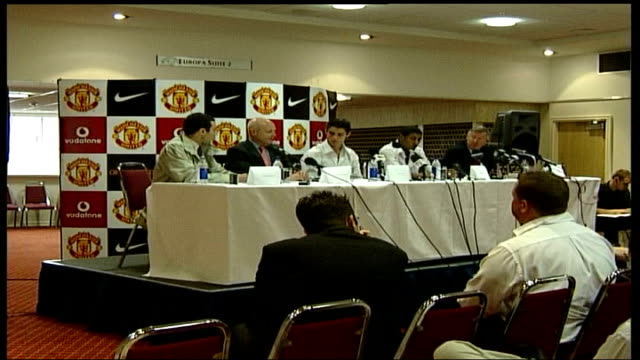 stockvideo's en b-roll-footage met manchester united unveil new signings cristiano ronaldo and jose kleberson england manchester old trafford int sir alex ferguson speaking at press... - new not politics
