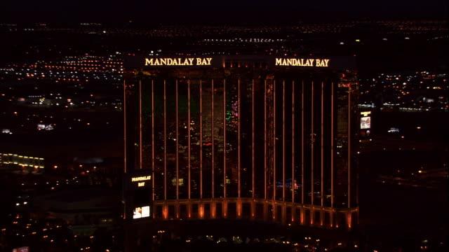 vídeos y material grabado en eventos de stock de mandalay bay resort and casino building on las vegas boulevard aka the strip - mandalay bay resort & casino