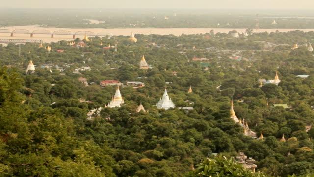 vidéos et rushes de mandalay avec vue sur le lac, les montagnes depuis mandalay hill au coucher du soleil, la birmanie - hill