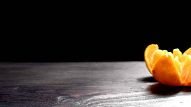 vídeos de stock, filmes e b-roll de mandarim em fundo escuro - pistilo