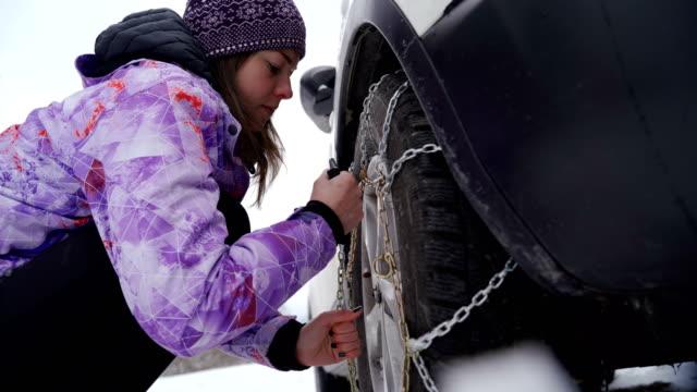 vidéos et rushes de équipement de protection hivernal obligatoire pour les chaînes de pneus de voiture - roue