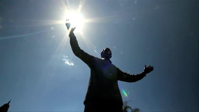 vídeos de stock, filmes e b-roll de l/a mandela's statue at the union buildings / pretoria/ south africa - nelson mandela