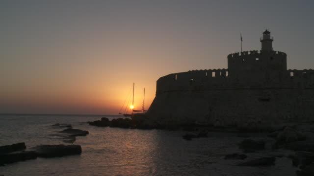 mandraki harbour at sunrise - ロードス島点の映像素材/bロール