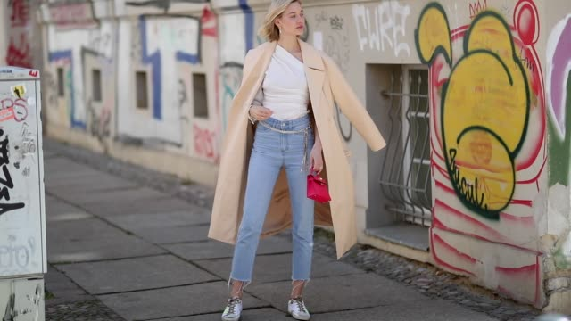 vídeos de stock e filmes b-roll de mandy bork is seen wearing white blouse zara cropped denim jeans zara red hermes mini bag beige other stories trench coat shoes golden goose... - blusa